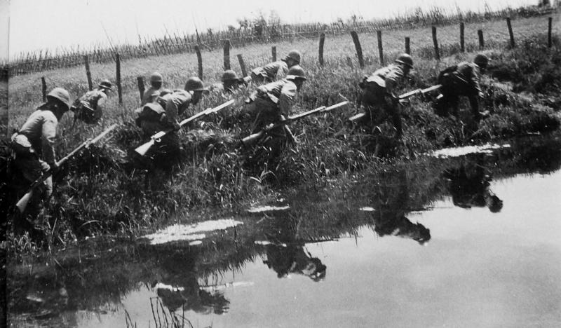 Японские солдаты совершают обходной маневр во время боев с китайской армией. 1941 г.
