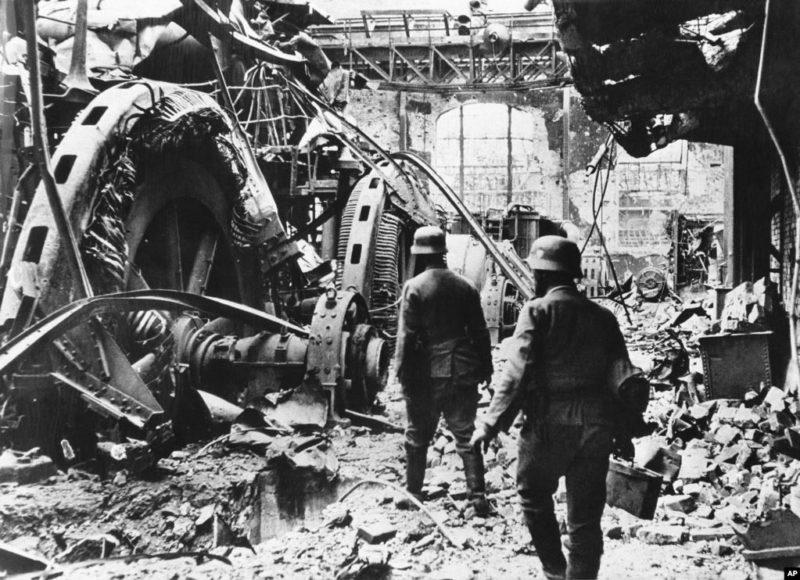 Немецкие солдаты на одном из заводов. 1942 г.