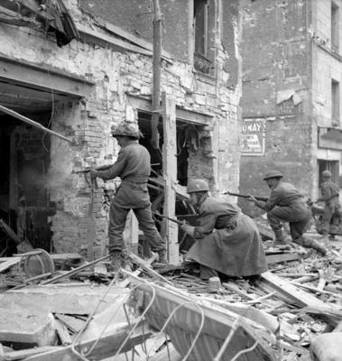 Пехотинцы Регинского стрелкового полка штурмуют здание. Кан, 10 июля 1944 г.
