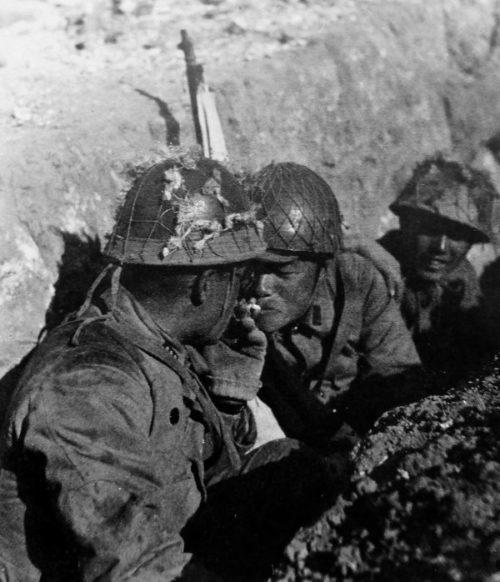 Японские солдаты курят в окопе во время боев в восточном Китае. 1941 г.