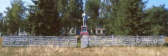 с. Старый Лещин Солнцевского р-на. Памятник, установленный на братской могиле, в которой захоронено 14 советских воинов, в т.ч. 10 неизвестных.