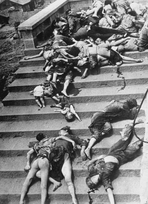 Жертвы массовой паники во время японского воздушного налета в китайском городе Чунцин. Июнь 1941 г.