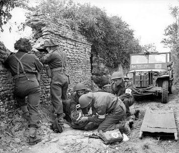 Раненный солдат недалеко от Кан. Франция, 15 июля 1944 г.