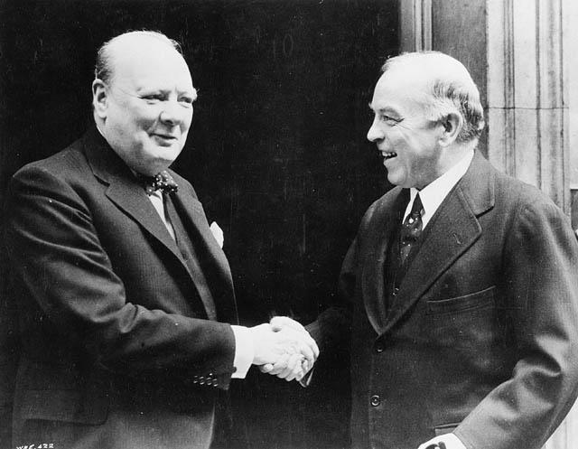 Премьер-министр Великобритании Уинстон Черчилль и премьер-министр Канады Кинг Маккензи. Лондон, 1941 г.