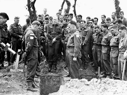 Похоронная служба на плацдарме Нормандии.16 июля 1944 г.