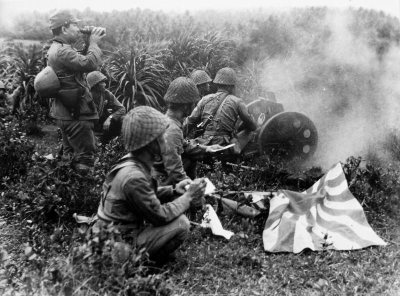 Расчет японской 70-мм гаубицы ведет огонь в северном Китае. Октябрь 1941 г.