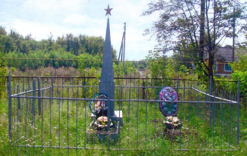 с. Шумаково Солнцевского р-на. Памятник, установленный на братской могиле, в которой захоронено 30 советских воинов.