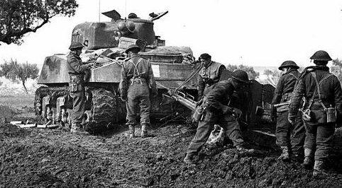 Солдаты противотанкового взвода 11-й канадской пехотной бригады в районе итальянской коммуны Ариелли. 17 января 1942 г.