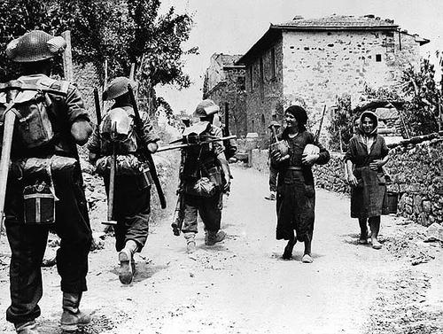 Канадские войска входят в деревню Мале. Сан-Панкрацио, Италия, 16 июля 1944 г.