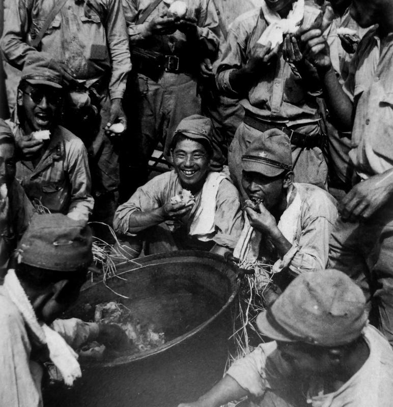 Японские солдаты на привале во время наступления на город Чанша. Декабрь 1941 г.