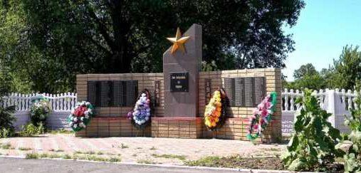с. Борки Суджанского р-на. Памятник, установленный на братской могиле, в которой захоронено 40 советских воинов.