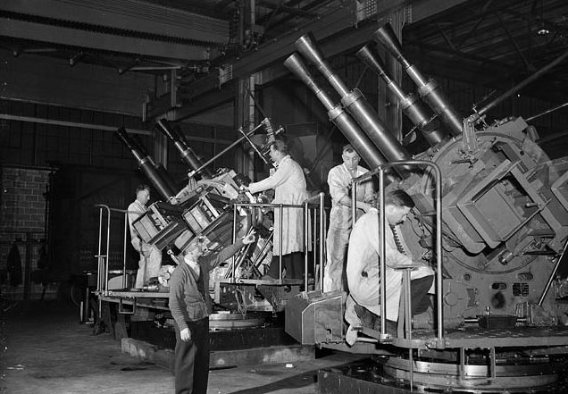 Сборка корабельных зенитных установок. Квебек, январь 1942 г.