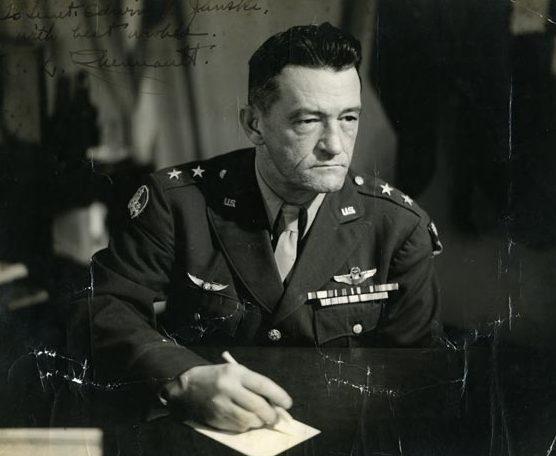 Командир группы «Летающих тигров» Клэр Ли Шено. 1941 г.