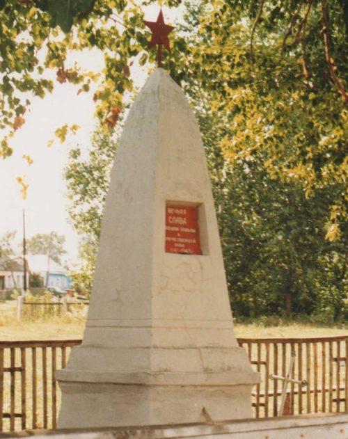 с. Борки Суджанского р-на. Братская могила, в которой захоронено 40 советских воинов.