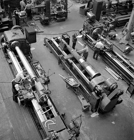 Изготовление корабельных орудий на заводе в Квебеке. Январь 1942 г.