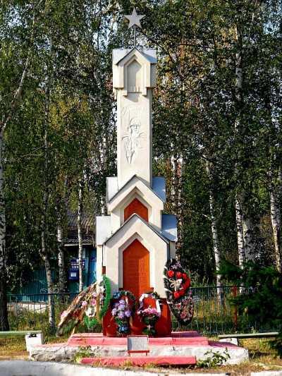 с. Ивница Суджанского р-на. Памятник, установленный на братской могиле, в которой захоронено 47 советских воинов, в т.ч. 30 неизвестных.