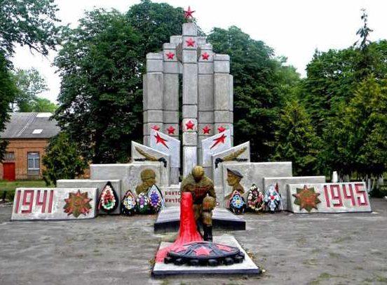 с. Казачья Локня Суджанского р-на. Памятник, установленный на братской могиле, в которой захоронено 66 советских воинов, в т.ч. 8 неизвестных.