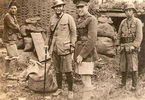 Офицер китайской националистической армии с офицером британской армии. Шанхай, 1937 г.