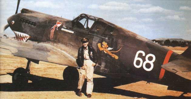 Чарльз Олдер со своим P-40B на аэродроме Куньмине. 1941 г.