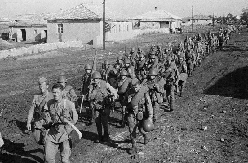 Бойцы Красной Армии на марше к Сталинграду. Июль 1942 г.