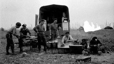 Импровизированная полевая кухня возле Восселя, Франция. 19 июля 1944 г.