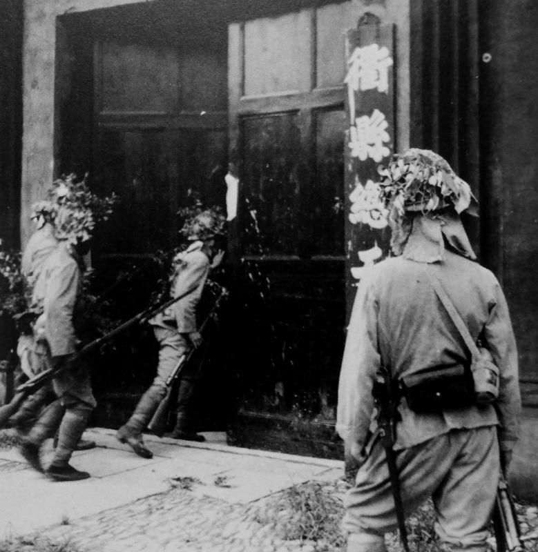 Японские солдаты ищут партизан в китайском городе. Апрель 1942 г.