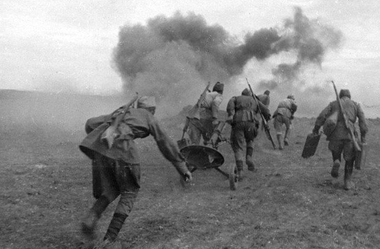 Советские минометчики с 82-мм минометом меняют позицию в районе Сталинграда. Июль 1942 г.