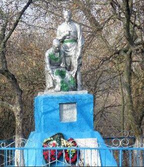 с. Николаево-Дарьино Суджанского р-на. Памятник, установленный на братской могиле, в которой захоронено 43 советских воинов, в т.ч. 21 неизвестный.