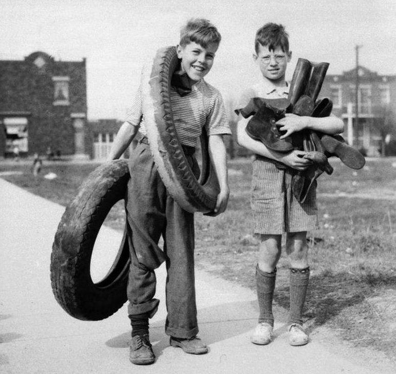 Два мальчика в районе Роземонт собирают резину для военных нужд. Монреаль, 29 апреля 1942 г.