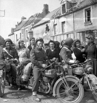 Местное население с канадскими солдатами. Флери-сюр-Орн. Франция, 20 июля 1944 г.
