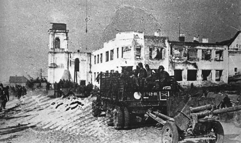 Красная Армия входит в город. Июль 1944 г.