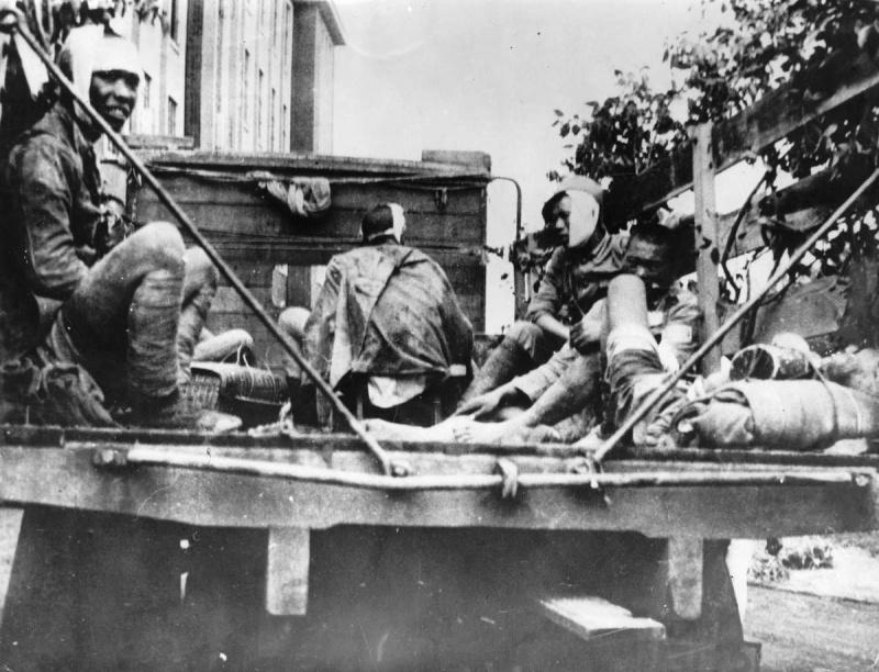 Раненые китайские солдаты в кузове грузовика на улице Шанхая. 1937 г.