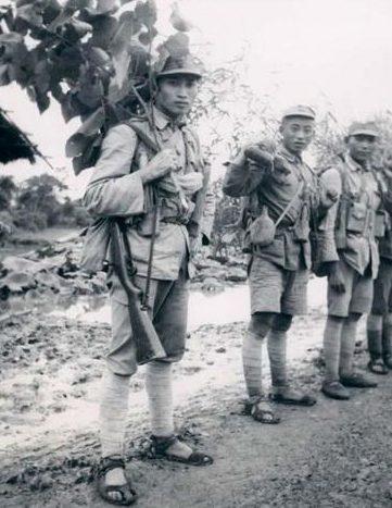 Солдаты в камуфляже из листьев. 1942 г.