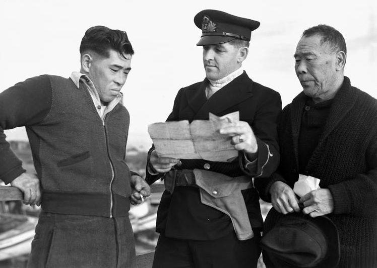 Конфискация лодки у японских рыбаков во время интернирования японцев в Канаде. Май 1942 г.