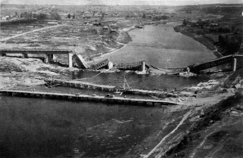 Взорванный немецкими войсками при отступлении мост через Днепр. Июль 1944 г.