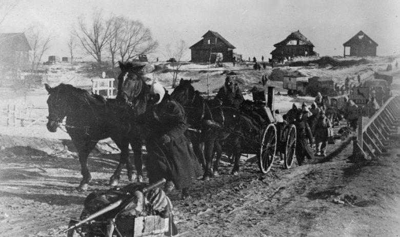 Немецкие войска переправляются через реку Пола под Демянском. Март 1942 г.