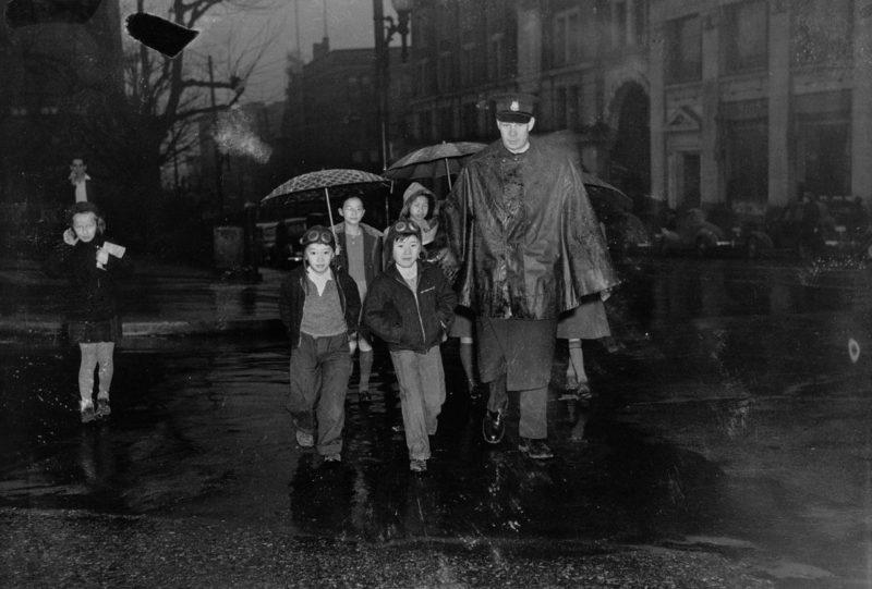 Японские канадские дети в сопровождении полицейского из Ванкувера во время интернирования. Май 1942 г.