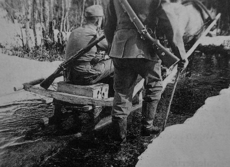 Солдат Вермахта в санях в Демянском котле. Март 1942 г.