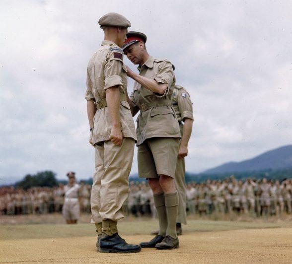 Британский король Георг VI в Италии в день награждения солдат и офицеров союзников, отличившихся в боях. 31 июля 1944 г.