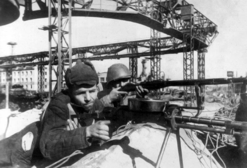 Рабочие Сталинградского тракторного завода в обороне. Июль 1942 г.