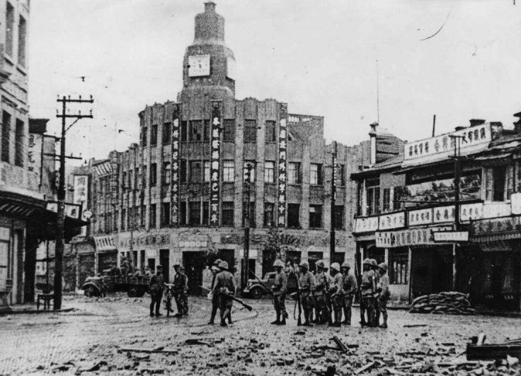 Японские солдаты на улице китайского города Тяньцзин. 1937 г.