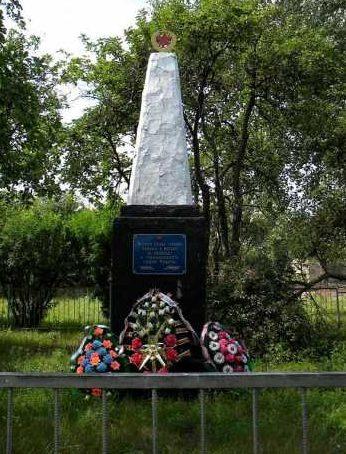 с. Русское-Поречное Суджанского р-на. Братская могила и памятник советским воинам, погибших в период войны. Всего захоронено 28, в т.ч. 23 неизвестных.