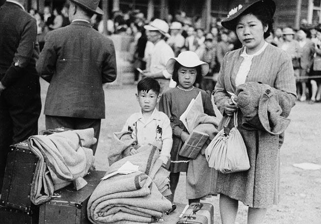 Отправка японцев в лагеря. Май 1942 г.
