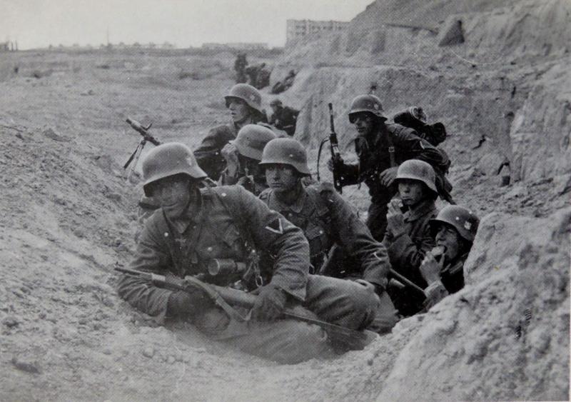 Немцы в бою за город 1942 г.