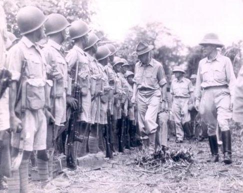 Американский и китайский генералы осматривают китайские войска. Бирма 1942 г.