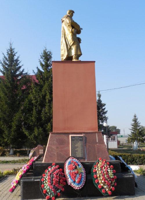 г. Суджа. Памятник, установленный в 1963 году на братской могиле, в которой захоронено 573 советских воина, в т.ч. 248 неизвестных.