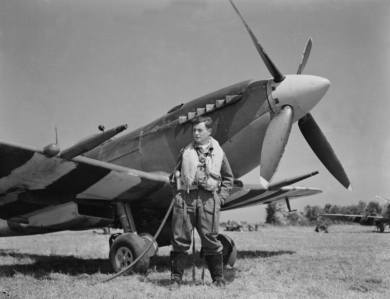 Канадский летчик Cид Брегман у истребителя «Спитфайр» в Нормандии. 2 августа 1944 г.