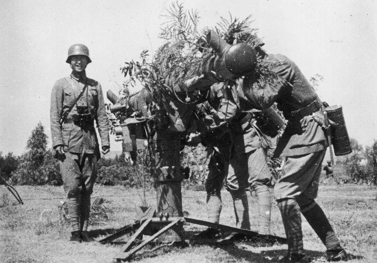 Китайские солдаты на боевой позиции у дальномера зенитной батареи. Октябрь 1937 г.