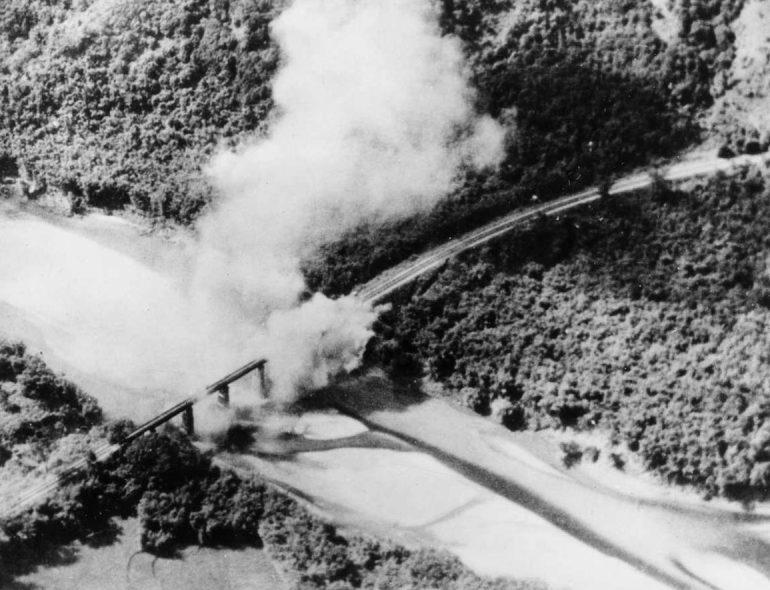 Аэрофотосъемка бомбежки японской авиацией моста между Уханью и Гуанчжоу. Октябрь 1937 г.
