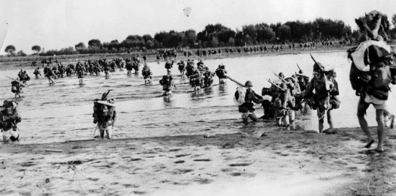 Японские солдаты переходят вброд реку в северном Китае. 1937 г.